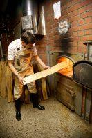 Brauerei Spezial  Christian Merz heizt die Darre mit Buchenholz ein
